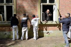 Beginn der Restauration der unter Denkmalschutz stehenden  Villa Mutzenbecher im Gehege von Hamburg Niendorf; vorsichtige Reinigung der Fassade.