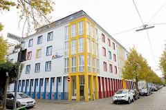 Farbig gestaltete Fassade einer Baugesellschaft in der Goethestraße von Bremerhaven.