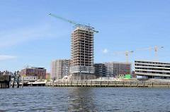 Baustelle am Magdeburger Hafen / Baakenhafen in der Hamburger Hafencity; re. die HafenCity Universität.