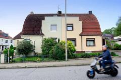 Doppelhaus mit unterschiedlicher Fassadengestaltung - Architektur in Hamburg Wilstorf.