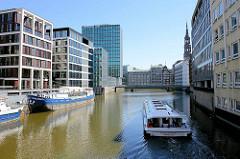 Moderne Bürogebäude am Nikolaifleet in der Hamburger Altstadt - ein Fahrgastschiff mit Touristen fährt Richtung Reimersbrücke.