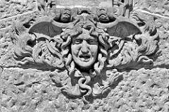 Relief, Sandsteindekor an der Fassade Hamburger Feuerwache Innenstadt, erbaut 1909 - Architekt Albert Erbe.