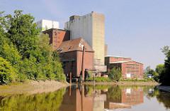 Ehem. Kornspeicher, Silo am Stichhafen in Uetersen - Industriearchitektur, teilweise abgerissen 2011.