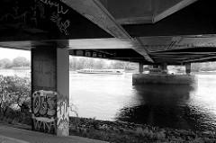 Unterbau der Straßenbrücke / Autobahnbrücke  über die Norderelbe zwischen Hamburg Wilhelmsburg und Rothenburgsort. Die Brücke  wurde  1963 errichtet.