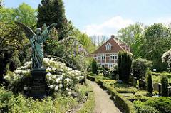 Blick über den Friedhof von Hamburg Ochsenwerder zum Pfarrhaus / Pastorat, erbaut 1634; 1742 grundlegend erneuert.