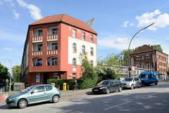 Alte Wohnhäuser - restauriert - am Billhorner Deich Rothenburgsort im Hintergrund ein denkmalgeschütztes Verwaltungsgebäude, erbaut ca. 1903.