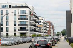 Neubauwohnungen auf der Bahnhofsinsel in Hamburg Harburg - parkende Autos.