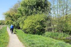 Wanderweg / Spazierweg entlang der Mühlenau iin Hamburg  Eidelstedt; Naherholung im Grünen.