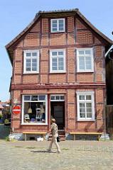 Die gesamte historische Altstadt / Insel von Hitzacker ( Elbe) steht unter Denkmalschutz. Fachwerkhaus mit Geschäft, Inschrift im Tragbalken des Fachwerks: Die Zeit eilt, teilt, weilt und heilt.