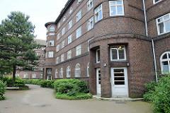 Eingänge der ehemaligen Polizeikaserne in Hamburg Veddel - jetzt Wohnanlage. Das Gebäude wurde 1925 errichtet  - Baudirektor Johann Christoph Otto Ranck.