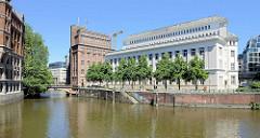 Historische Architektur am Hamburger Nikolaifleet; lks. die Trostbrücke und das Gebäude der Patriotischen Gesellschaft.
