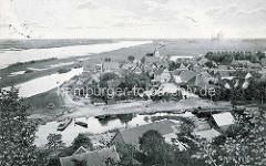 Altes Bild mit Blick vom Weinberg aauf die Stadt Hitzacker/Elbe; im Vordergrund der Lauf der Jeetzel, ddahinter die Elbe.