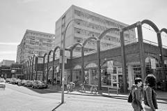 Einkaufszentrum an der Lohkampstraße in Hamburg Eidelstedt - Hochäuser und Geschäfte in kalter Betonarchitektur.