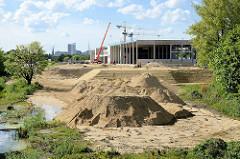 Sandaufschüttungen und Baustelle  beim ehemaligen Huckepackbahnhof in Hamburg Rothenburgsort.