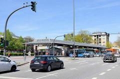 Blick von der Eidelstedter Dorfstraße üüber die Kieler Straße zur Busstation am Eidelstedter Marktplatz.