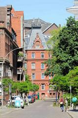 Blick durch die Hamburger Straße Hütten zum Enckeplatz - 5452 Stiftswohnungen der Abraham Philip Schuldt Stiftung; Strasse Hütten / Enckeplatz.