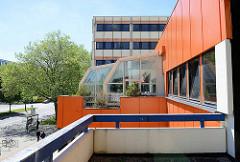 Kubische Bauform - Architektur der 1960er Jahre; Fassadengestaltung im Orangeton.