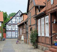 Die gesamte historische Altstadt / Insel von Hitzacker ( Elbe) steht unter Denkmalschutz; Blick zur Hauptstraße / Fachwerkhaus - Wohnhaus / Geschäftshaus.