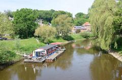 Hausboot  mit Ponton als Café / Restaurant am Ufer der Jeetzel in Hitzacker ( Elbe).