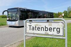 Stadtteilschild Tatenberg - Autobus und Bushaltestelle aam Hofschläger Weg im Hamburger Stadtteil Tatenberg, Bezirk Bergedorf.
