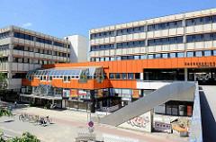 Kubische Bauform - Architektur der 1960er Jahre; orangefarbene Fassadengestaltung.