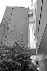 Wohnblock / Hochhaus mit vorgelagertem Treppenhaus - Architektur in Hamburg Eidelstedt.