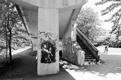 Treppenaufgang in Beton - Architektur der Moderne / Brutalismus.