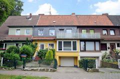 Reihenhaus-Siedlung mit unterschiedlicher Fassadengestaltung  in der Weimarer Straße von Hamburg Wilhelmsburg; erbaut um 1930.