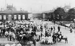 Historische Abbildung vom Hamburger Central Schlachthof - Viehhändler mit Rindern stehen vor den Markthallen.