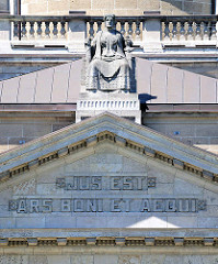Justitia und Giebelinschrift im Gebäude Oberlandesgericht Hamburg: JUS EST ARS BONI ET AEQUI - Das Recht ist das Handwerk des Billigen und Gerechten.