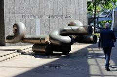 Deutsche Bundesbank; Willi Brandt Strasse - Hamburger Altstadt; Schriftzug und Kunstwerk Knoten - Georg Engst.