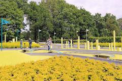 Minigolfanlage im Stadtpark Norderstedt - Adventure Golf-Anlage mit 18 neongrün-gelbe Bahnen.