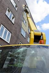 Umstrittenes Kunstprojekt an einer Hauswand eines Wohngebäudes an der Veddeler Brückenstraße im Hamburger Stadtteil Veddel. 300 m² der Fassade wird von einem Hubwagen aus mit Blattgold belegt.