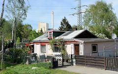 Schrebergarten in Hamburg Rothenburgsort - im Hintergrund die Müllverbrennungsanlage Borsigstraße und ein Hochspannungsmast.