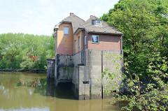 Ehem. Schleusen Gebäude der Müggenburger Schleuse, die das Kanalsystem auf der Veddel mit der Tideelbe verbunden hat.