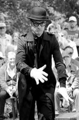 Grant Goldie (IE) mit Talk Monkey / Jonglage auf der Veranstaltung ParkPerPlex im Norderstedter Stadtpark.