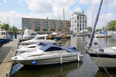 Blick über den Sportboothafen zu den Wohngebäuden / Neubauten - Schlossinsel Marina in Hamburg Harburg.