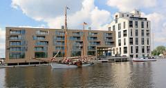 Blick über den Überwinterungshafen zu den Wohngebäuden / Neubauten - Schlossinsel Marina in Hamburg Harburg.