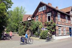 Hitzacker ist ein beliebtes Ziel für Fahrradtouren entlang der Elbe; Fachwerkhaus mit Kletterrosen bewachsen am Jeetzeufer / Drawehnertorstraße.