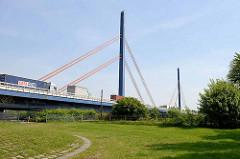 Straßenbrücke / Autobahnbrücke  über die Norderelbe zwischen Hamburg Wilhelmsburg und Rothenburgsort. Die Brücke  wurde  1963 errichtet und steht unter Denkmalschutz; Architekten Harro Freese + Egon Jux.