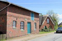 Landwirtschaftliche Gebäude, Backsteinscheune uund Wohnhaus mit Reet gedeckt  an der Ochsenwerder Landstraße.