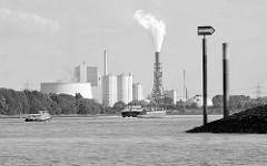 Blick über das Köhlbrand  / Süderelbe zum Kohlekraftwerk Hamburg Moorburg, eine Barkasse und ein Binnenschiff fahren auf der Elbe.