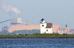 Leuchtturm / Leuchtfeuer Julesand an der Elbe - im Hintergrund Industrieanlagen in Bützenfleth auf der anderen Seite der Elbe.