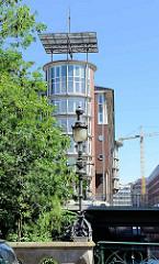 Blick von der Pulverturmsbrücke am Herrengrabenfleet - historische Laterne - zur modernen Büroachitektur an der Ludwig Erhard Strasse in Hamburg-Neustadt.