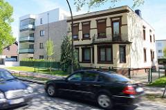 Alt + Neu, historisches und modernes Wohnhaus an der viel befahrenen Holsteiner Chaussee in Hamburg Eidelstedt.