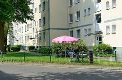 Idylle im Vorgarten - Wohnhäuser  in Hamburg Rothenburgsort, Sitzplatz unterm Sonnenschirm auf dem Rasen an der Straße.