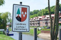 Schild mit Wappen , Landkreis Lüchow / Dannenberg; Jeetzel.