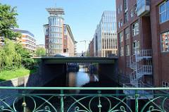 Blick von der Pulverturmsbrücke am Herrengrabenfleet zur modernen Büroachitektur an der Ludwig Erhard Strasse in Hamburg-Neustadt.