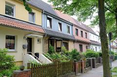 Reihenhaus-Siedlung mit uunterschiedlicher Fassadengestaltung  in der Weimarer Straße von Hamburg Wilhelmsburg; erbaut um 1930.