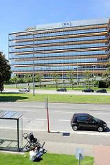 Blick über den Überseering zum DEA-Verwaltungsgebäude in Hamburg Winterhude, erbaut 1977 - Schramm, Elingius